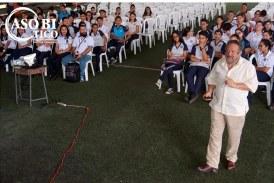 """Empresario comparte con jóvenes de Limón sobre el """"arte"""" de emprender."""