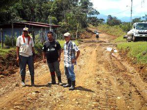 vecinos y miembros del comité de caminos, se hacen presente para supervisar el trabajo realizado por la maquinaria.