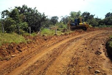 Arreglan camino que conecta Brizas con Pacuarito, en Siquirres.