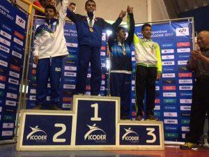 Momento en que José Miguel recibió su medalla de oro en Juegos Nacionales.