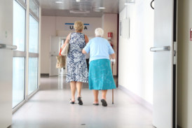 Defensoría urge trato diferenciado a la persona adulta mayor en todos los centros de salud