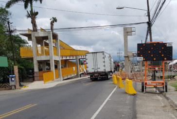 Vecinos de Pococí protestan por polémico puente peatonal