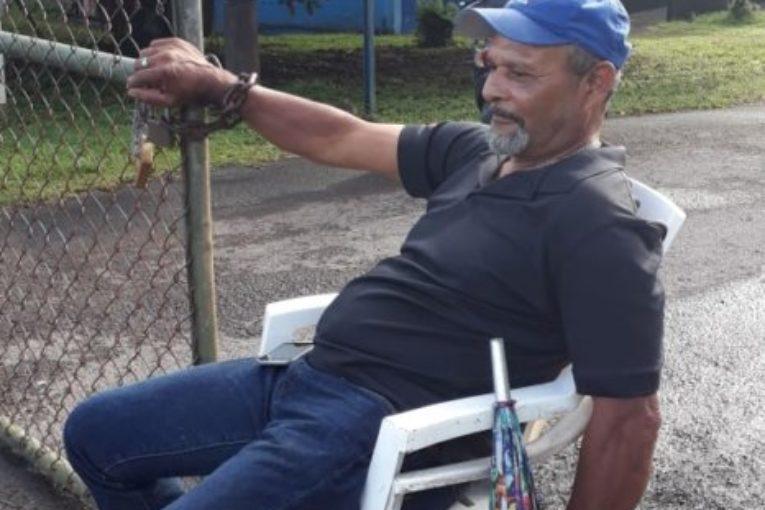 Empleado del Polideportivo de Guápiles se encadena en señal de protesta