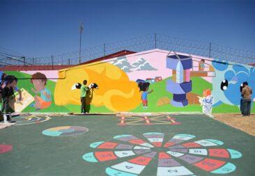 Estudiantes crean murales públicos para transformar comunidades del país