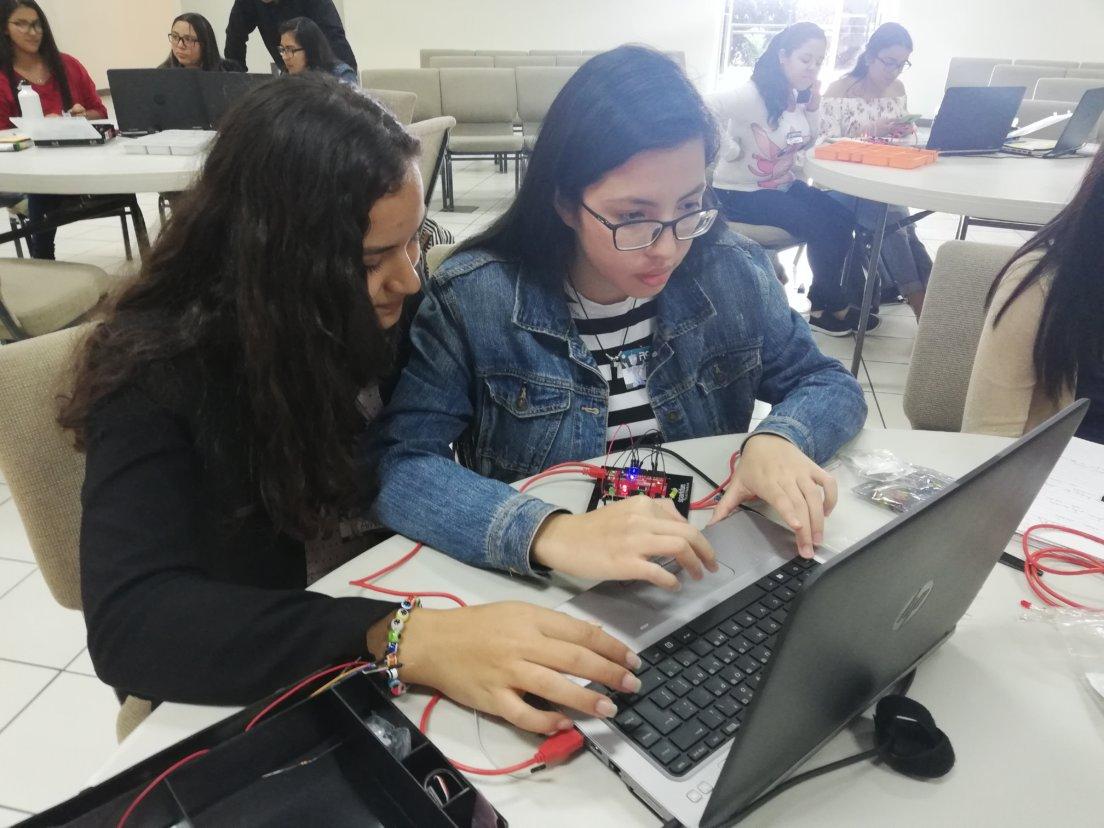 FOD y Embajada de Estados Unidos buscan acercar a mujeres jóvenes a la ciencia y la tecnología