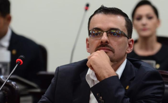 Frente Amplio presenta proyecto de ley para acabar con abusos salariales de alcaldes y alcaldesas.