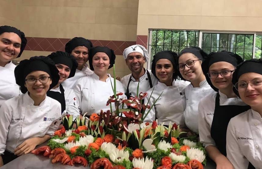 Academia de gastronomía ofrece becas para mujeres de 17 a 25 años