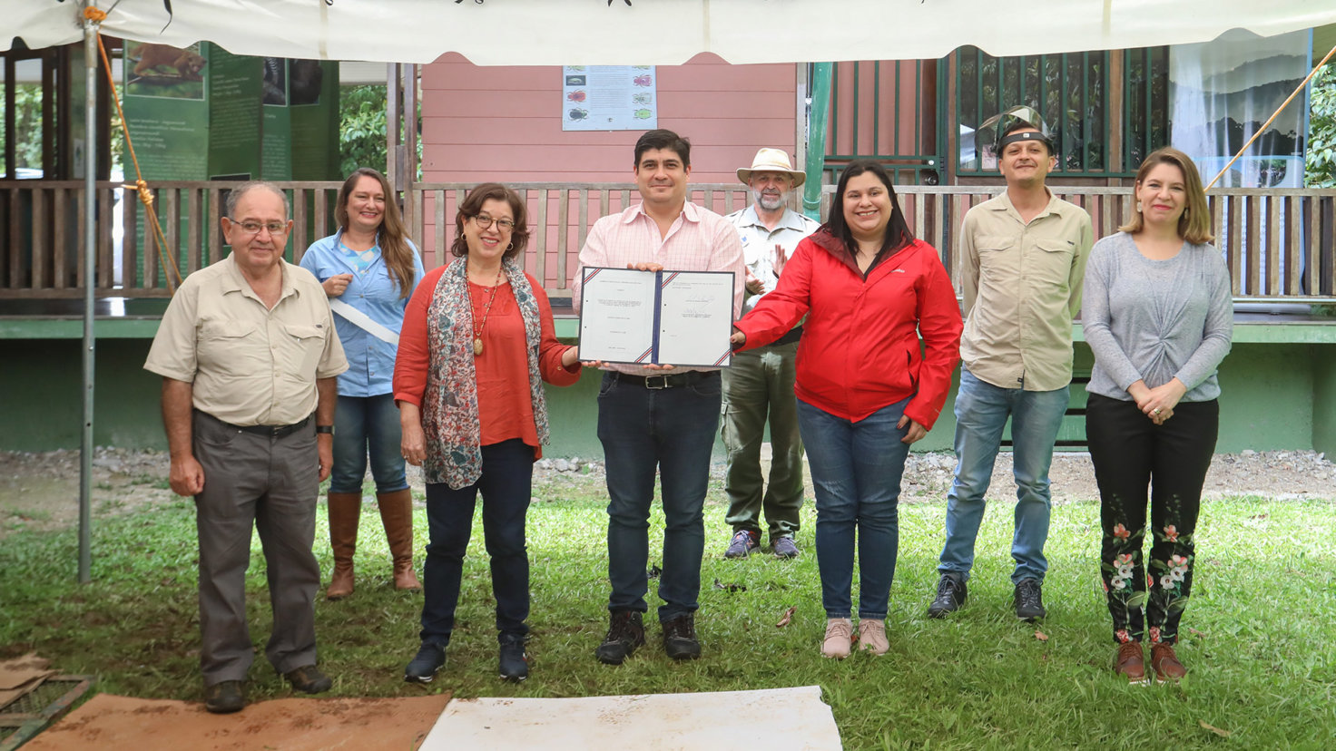 Presidente firma en Tapantí histórica ley que garantiza el acceso al agua como derecho humano